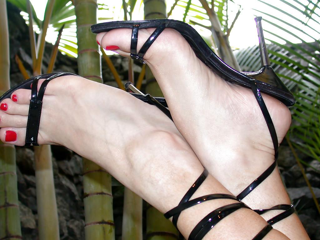 Latina Tranny Giovanna Di Pietro Modeling Outside In Bikini And High Heels