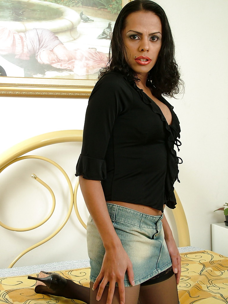 Solo Ebony Tranny Valentiny Sampaio Posing In Stockings With Hanging Tool